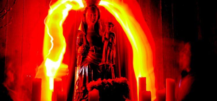 Lightpainting mit Maria im Kirchenraum