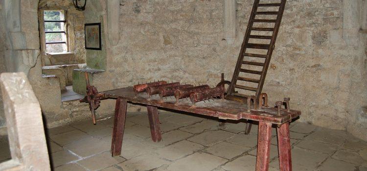 Der Katechismus in der Konfi-Arbeit. Folterwerkzeug oder hermeneutischer Schlüssel?